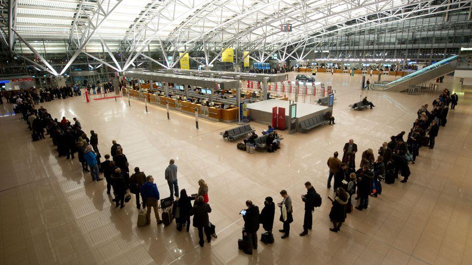 Flugpassagiere im Hamburger Flughafen: Leidtragende der Tarifkonflikte