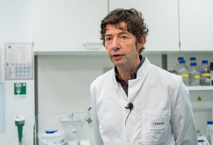 """Christian Drosten, Direktor des Instituts für Virologie an der Charité in Berlin, würde es nicht wundern, wenn man über den Mai und in den Juni hinein plötzlich in eine Situation komme, """"die wir nicht kontrollieren können, wenn wir nicht aufpassen""""."""