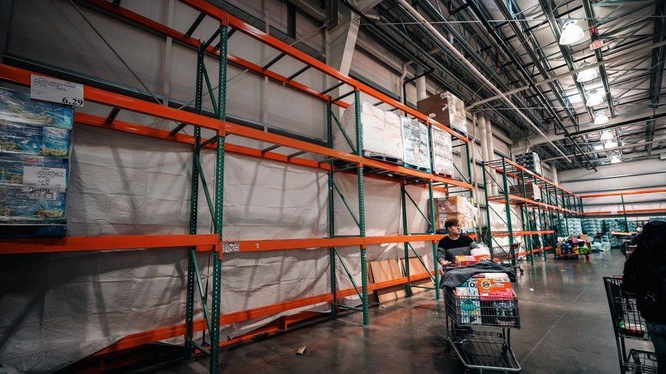 RÄUMUNGSVERKAUF So leer wie Anfang März in diesem Supermarkt in New York könnte es bald auch in den Lagern vieler deutscher Unternehmen aussehen
