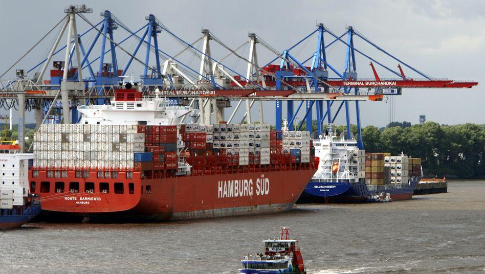 """Die """"Monte Sarmiento"""" im Hamburger Hafen: Trotz der zunächst geplatzten Fusion schließen Hamburg Süd und Hapag Lloyd weitere Gespräche nicht aus"""