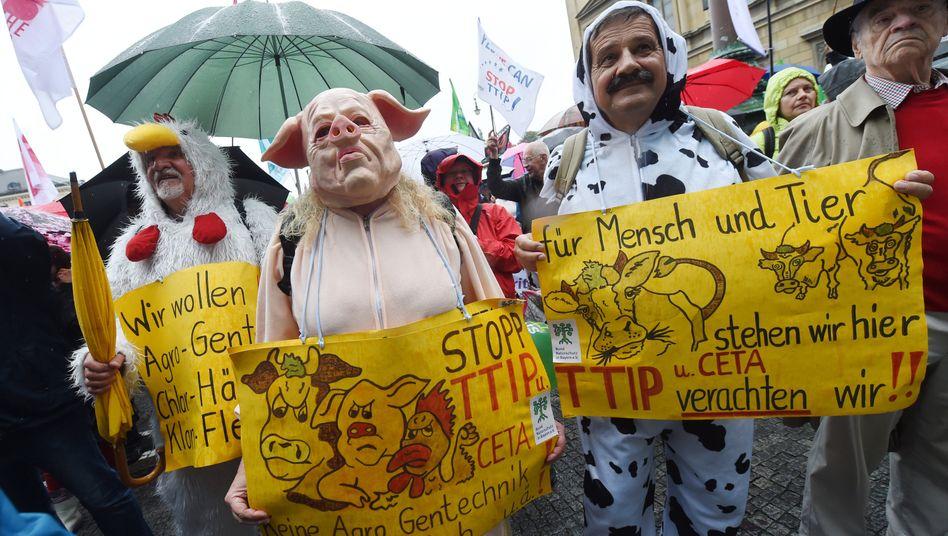 Menschen in Tier-Kostümen am 17.09.2016 in München (Bayern) bei einer Demonstration gegen die Freihandelsabkommen Ceta und TTIP.