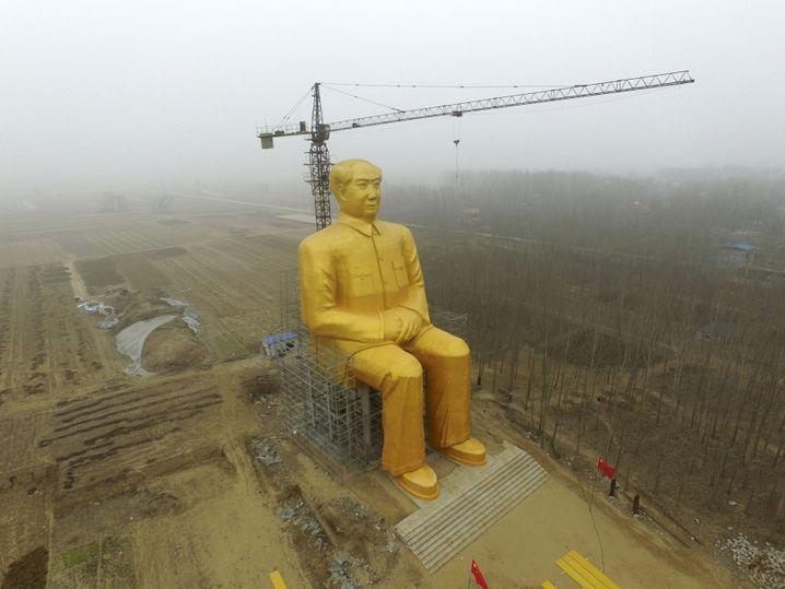 Güldene 36-Meter hohe Mao-Statue in China: Ob es der chinesischen Führung durch weitere Regulierung gelingen wird, den Markt unter Kontrolle zu behalten, ist fraglich