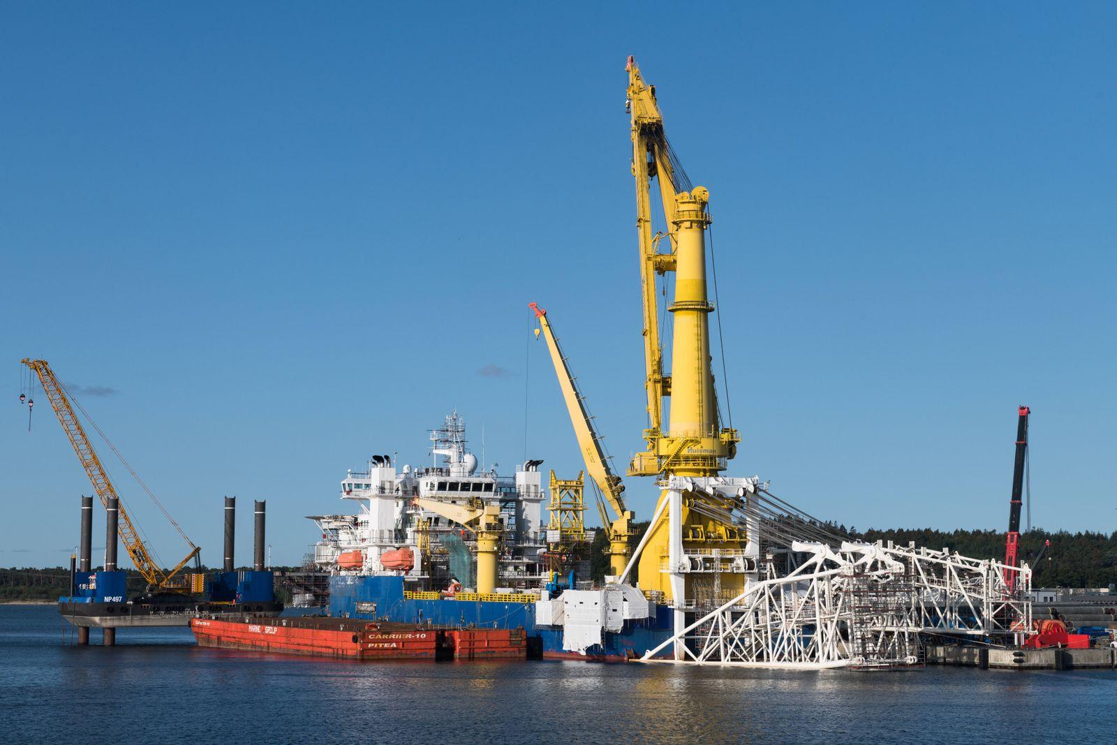 Das russische Verlegeschiff im Fährhafen Mukran soll die weiteren Gasrohre für die Pipeline Nord Stream 2 in der Ostsee
