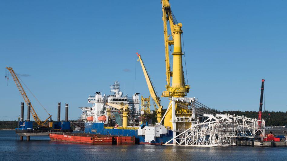 """Das russische Verlegeschiff """"Akademik Cherskiy"""" wartet im Hafen von Sassnitz auf der Insel Rügen darauf, dass die Arbeiten an Nord Stream 2 weitergehen"""