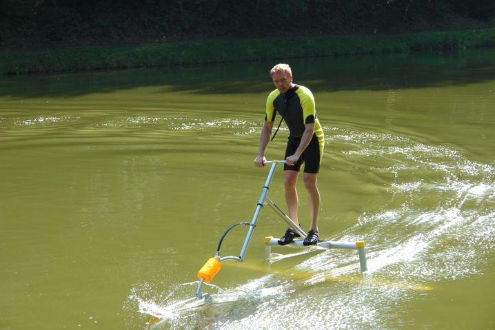 Kommt schlank daher und macht auch schlank: Nur mit Muskelkraft wird der Aquaskipper angetrieben - und wenn man sportlich ist, kann man Ruderer schnell alt aussehen lassen