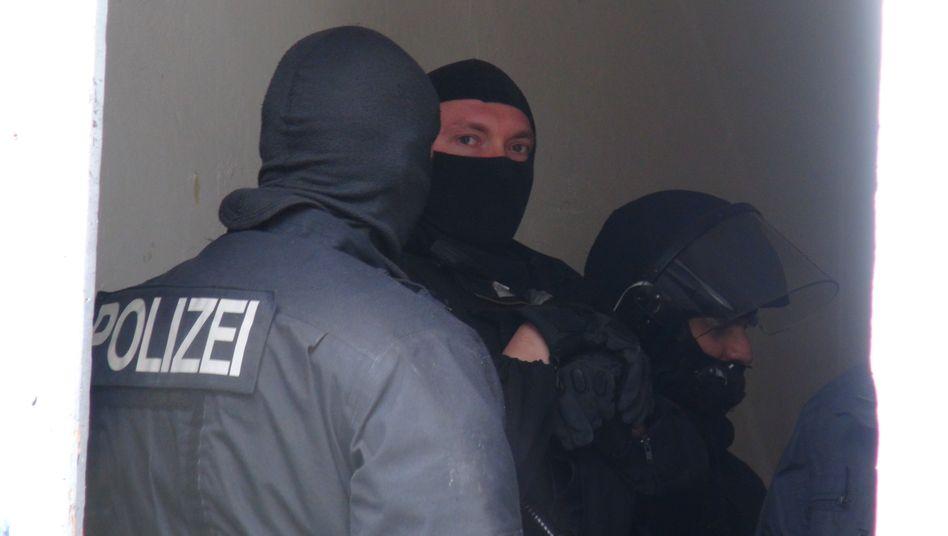 Polizisten bei einer Durchsuchung: Für banden- und gewerbsmäßige Hehlerei droht mindestens ein Jahr Gefängnis