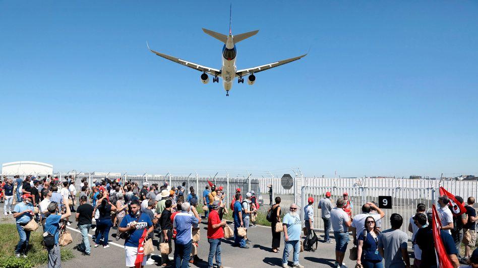 Airbus will tausende Stellen streichen - in Toulouse demonstrierten am Dienstag Beschäftigte des Flugzeugbauers dagegen