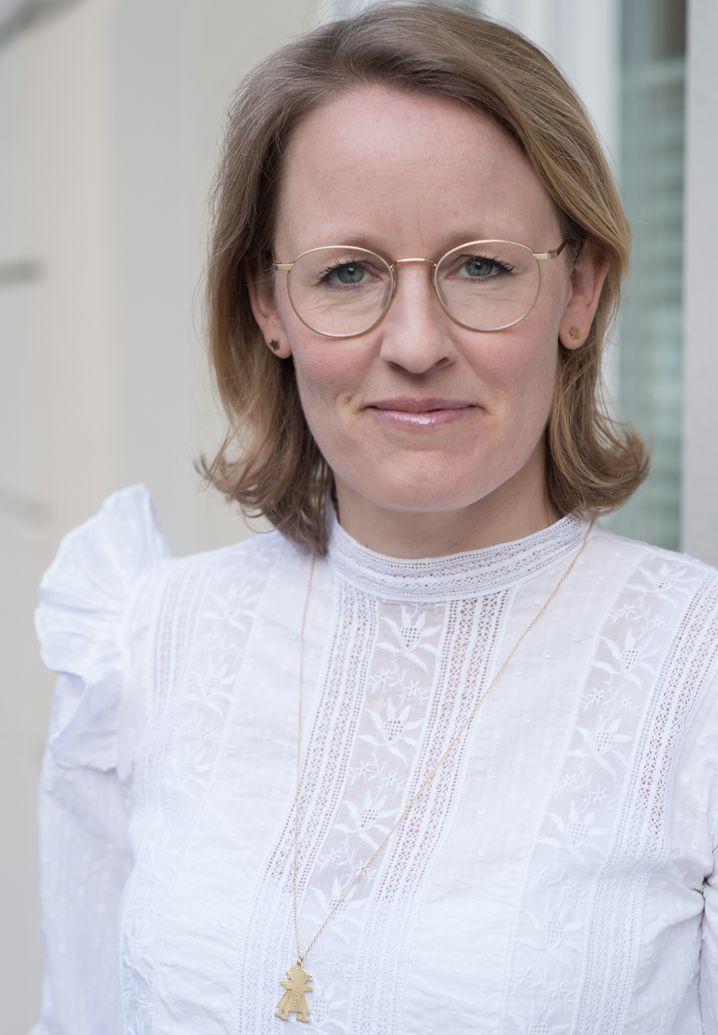 Die digitale Vordenkerin Donata Hopfen (43) startete als Strategieberaterin bei Accenture und war im Anschluss 14 Jahr bei der Axel Springer SE tätig, zuletzt als Vorsitzende der Verlagsgeschäftsführung der BILD-Gruppe. Im Anschluss war sie CEO in der Gründungsphase des Identitäsdienstes VERIMI, bevor sie ab Juli Partnerin bei der Boston Consulting Group Digital Ventures wird. Donata Hopfen ist Mutter von dreijährigen Zwillingen.