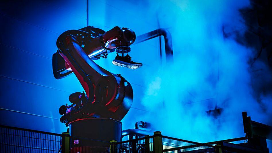 Schuhproduktion bei Adidas in Ansbach: Durch die hochautomatisierte Schuhproduktion sollte schneller auf Trends reagiert werden können