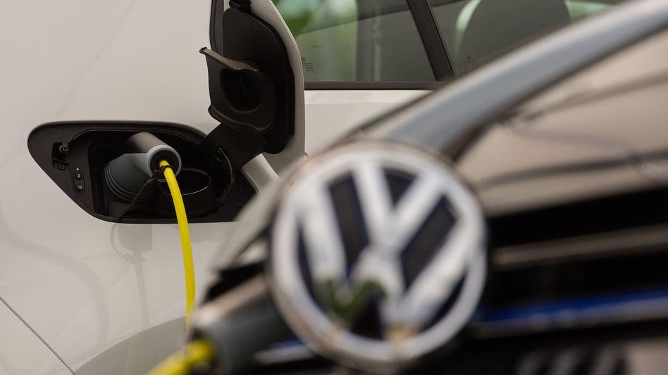 Ein Ladestecker steckt in einer Stromtankstelle des Volkswagen-Werks in Wolfsburg
