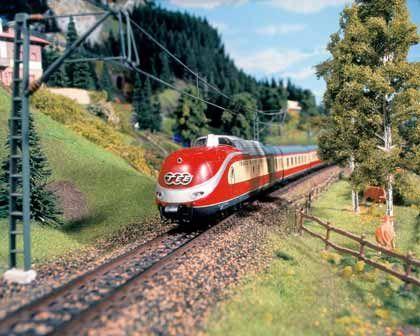 Roter Flitzer: Der Trans Europ Express (TEE) zischt durch die Alpenlandschaft des Miniatur-Wunderlandes