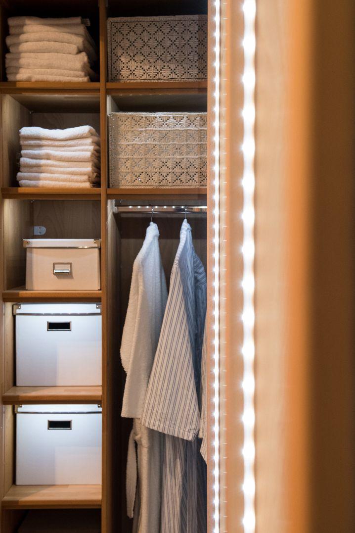 Generell sollte man bei der Aufteilung eines Kleiderschranks auch zwischen den Sachen unterscheiden, die man täglich braucht und dem Rest. Die einen kommen auf Greifhöhe, die anderen über Kopf oder an den Boden.