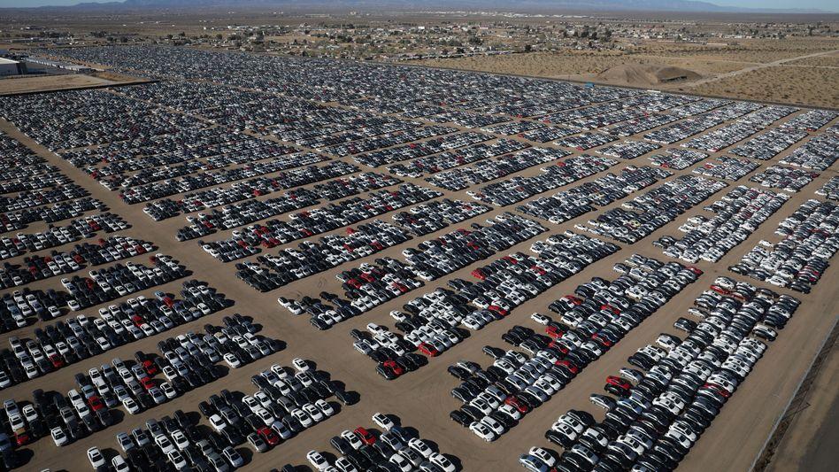 Geparkte Diesel von Volkswagen - diese hier stehen in einem Wüstenrandgebiet nahe Victorville (Kalifornien). Doch massig Abstellplatz sucht VW jetzt auch in Deutschland und will dazu den Pannenflughafen BER in Anspruch nehmen