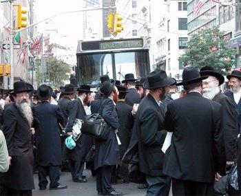 Eine Gruppe orthodoxer Juden versammelt sich vor einem Bus, der auf der Fifth Avenue im Verkehrschaos steckenblieb. Der Stromausfall brachte den öffentlichen Nahverkehr in Manhattan innerhalb weniger Minuten völlig zum Erliegen.