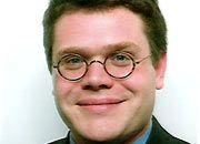 Gastautor Sebastian Kurpas forscht für das Centre for European Policy Studies (CEPS) mit Sitz in Brüssel. Schwerpunkt des Juristen und Politikwissenschaftlers ist die Rolle der Medien und der EU-Institutionen im europäischen Einigungsprozess. Das CEPS versteht sich als unabhängige Denkfabrik und erstellt Expertisen für Auftraggeber aus Wirtschaft und Politik, darunter die Kommission der EU.