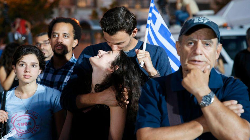 Gefühlvoll: Die Griechen, hier einige Wähler auf dem Syntagma-Platz vor dem Parlament in Athen, haben nach Angaben des Innenministeriums klar gegen die Vorgaben der Geldgeber gestimmt.