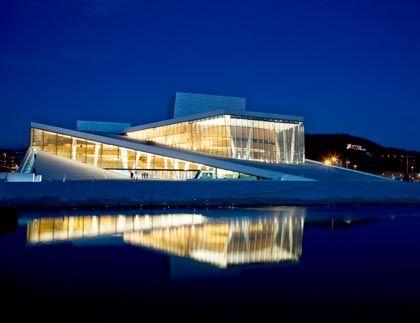 Blauer Himmel, weißer Stein: Mit ihrer Marmorverkleidung ist die Osloer Oper ein erratischer Block in der Stadtlandschaft