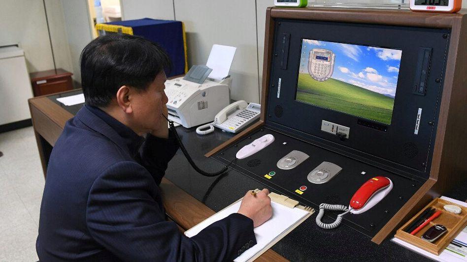 Leitungscheck: Ein südkoreanischer Beamter prüft die Kommunikationsleitung zu Nordkorea. Sie war kürzlich reaktiviert worden
