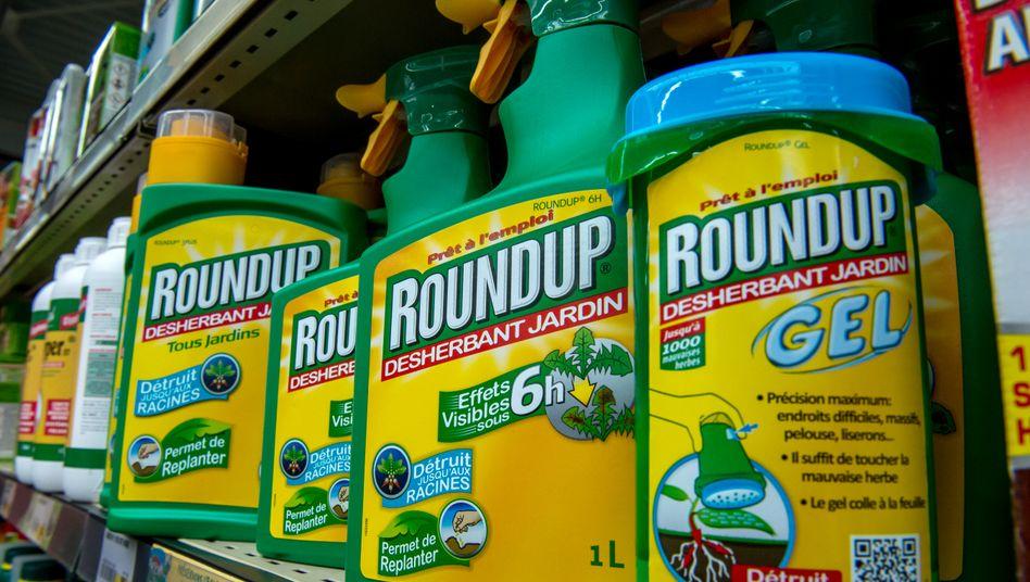 Flasche des umstrittenen Unkrautvernichterts Roundup: Durch die Übernahme des US-Herstellers Monsanto muss der deutsche Agrarchemieriese Bayer nun die US-Klagewelle schultern