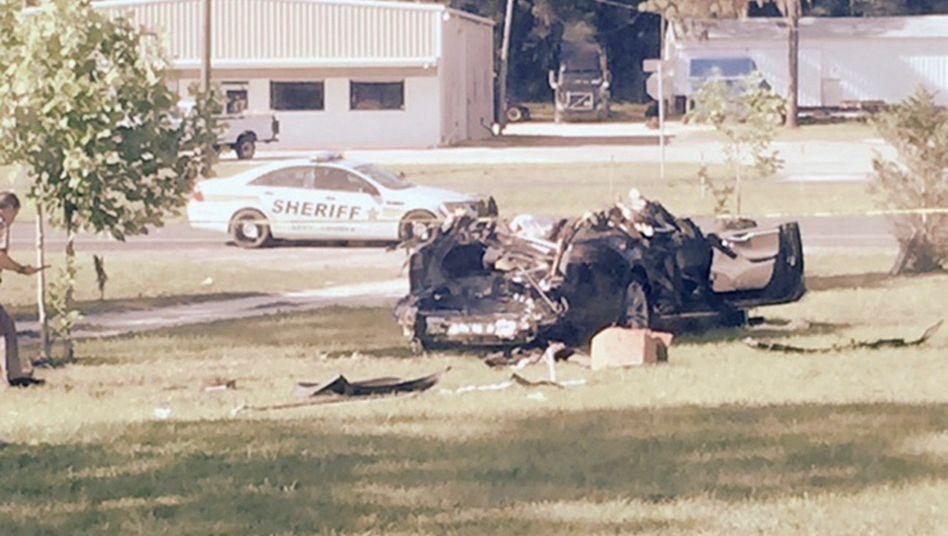 Tödlicher Tesla-Unfall. Offenbar hat der Autopilot versagt, weil er einen weißen, querstehenden Lkw als Straßenschild interpretierte