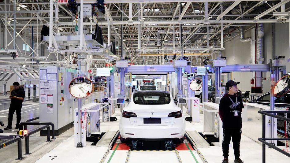 Tesla zeigt der Konkurrenz technologisch die Rücklichter: Im Bereich der Elektronik soll das Unternehmen einem Medienbericht zufolge sechs Jahre voraus sein