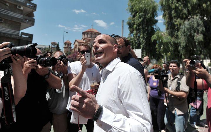 """Sagt """"Nein"""" und ich besorge euch den neuen Deal mit den Geldgebern in 24 Stunden: Griechenlands Finanzminister Varoufakis am Sonntag zu CNBC. Noch hat der Großmeister der Ankündigungen noch keines seiner Versprechen einhalten können"""