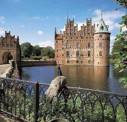 Idyllischer Anblick: Das Schloss Egeskov südlich der Inselhauptstadt Odense ist 455 Jahre alt und eine der Hauptattraktionen Fünens