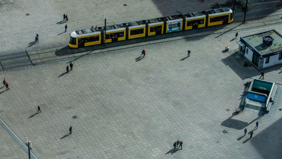 Ein Land auf Distanz: Sonntagsatmosphäre an Berlins Alexanderplatz – durch den Lockdown wurde das die neue Normalität des öffentlichen Lebens