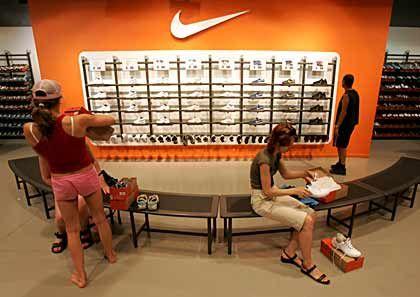 Kauffreudig: Die Kunden greifen bei Nike-Produkten kräftig zu