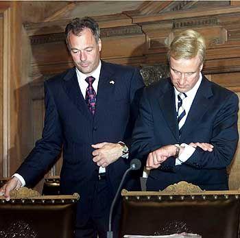Hamburgs Erster Bürgermeister Ole von Beust neben Innensenator Schill im September 2002. Die Hamburger Sozialdemokraten hatten damals schon die Absetzung von Schill gefordert. Jetzt hatte auch von Beust genug