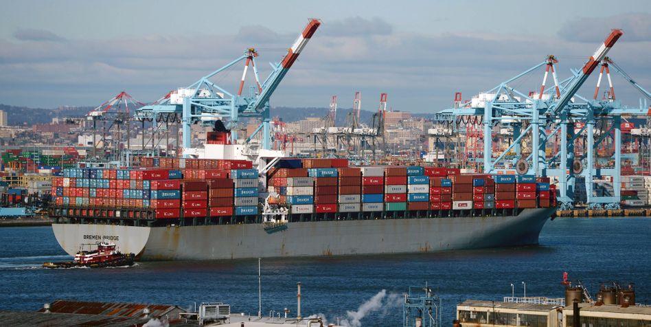 Deutsches Containerschiff in US-Hafen: Die EU und die USA pokern weiter um Handelsbedingungen.