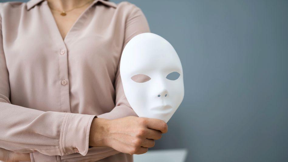 Maske auf: Auch Arbeitgeber schummeln bei der Selbstdarstellung