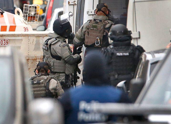 Einsatz in Brüssel: Die Polizei habe den mutmaßlichen Attentäter Salah Abdeslam verhaftet, heißt es zunächst - später folgt das Dementi