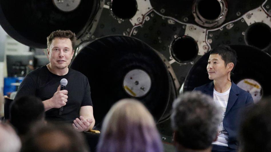 Elon Musk (links) mit Mode-Milliardär Yusaku Maezawa