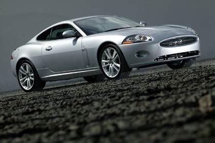 Klassische Proportionen: Eine lange, dynamische Motorhaube, hohe Gürtellinie, kurze Überhänge und vorne einen Kühlergrill im bewährten Stil. Der Jaguar XK überzeugt mit schlichter Schönheit