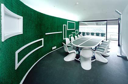 Auch in der Loge auf dem Rasen: Raum der Firma Godelmann, die in einem kleinen Architektenwettbewerb die Architekten Hild und K mit der Gestaltung beauftragte