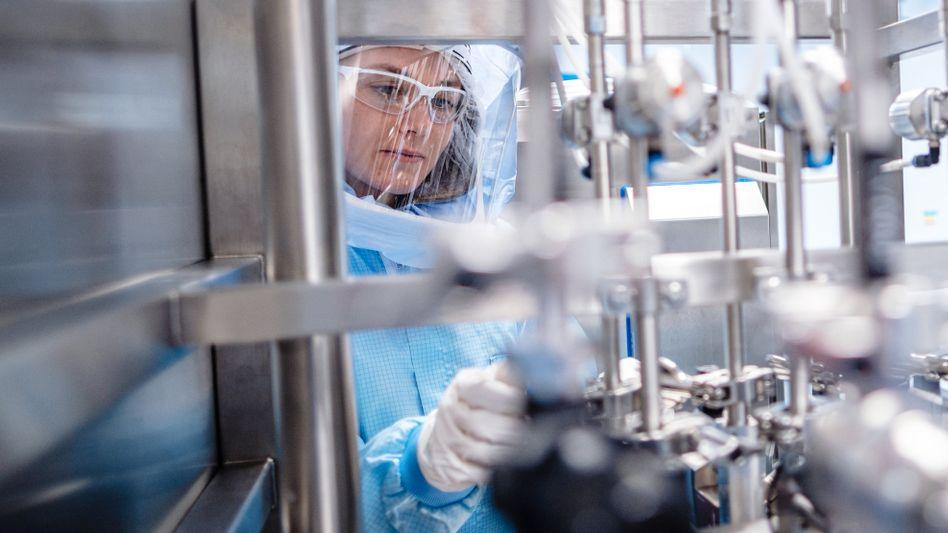 Pionierarbeit: Mitarbeiterin bei der Corona-Impfstoffproduktion von Biontech in Marburg