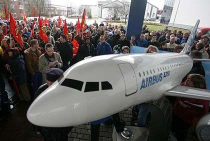 Wollen Sparkonzept nicht widerspruchslos hinnehmen: Airbus-Mitarbeiter in Deutschland - hier beim Schichtwechsel in Nordenham