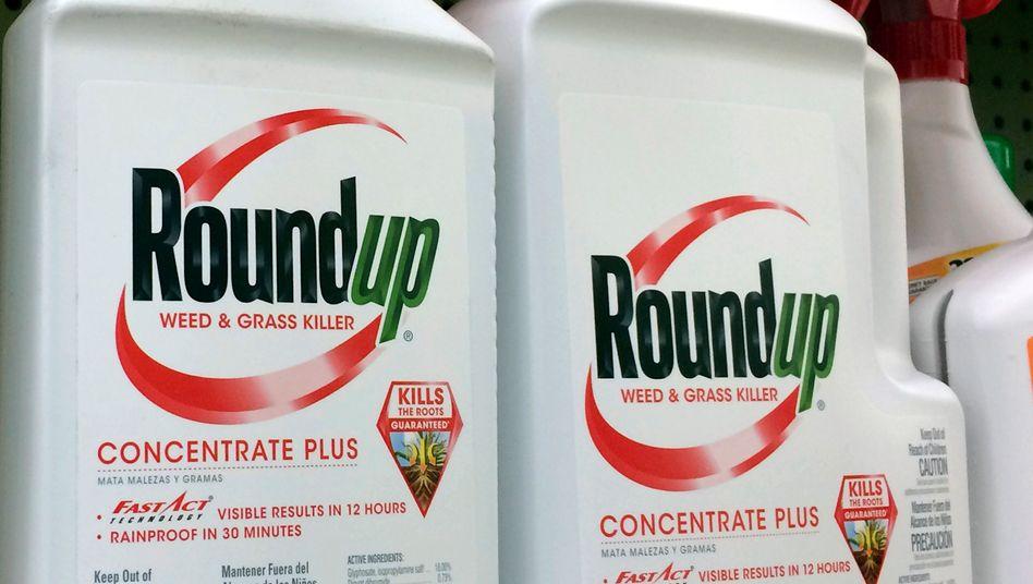 Der Unkrautvernichter Roundup enthält das umstrittene Mittel Glyphosat. Die Übernahme des US-Herstellers Monsanto wirkte für Bayer toxisch - und war eine willkommene Vorlage für die US-Klageindustrie