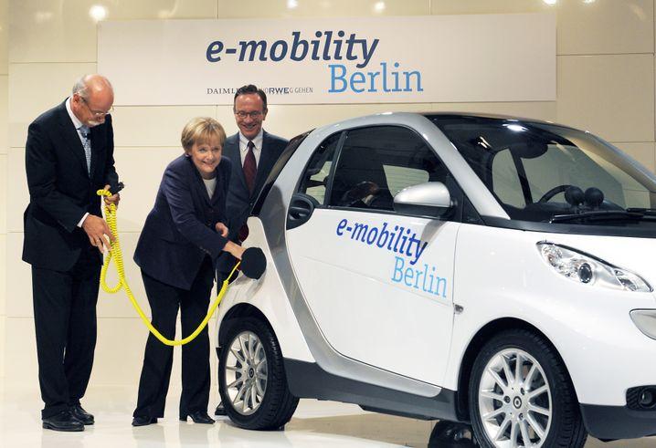 Alles auf Elektro? Daimler-Chef Dieter Zetsche mit Kanzlerin Angela Merkel im Jahr 2008 bei einer gemeinsamen Veranstaltung mit dem Energiekonzern RWE