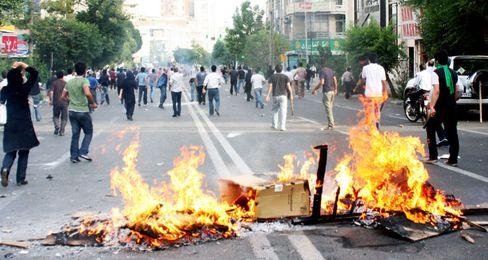 Anhaltender Protest: Anhänger der Opposition setzten sich am Wochenende offen über ein Demonstrationsverbot des obersten geistlichen Führers Ayatollah Ali Chamenei hinweg