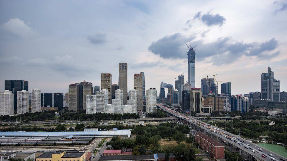 Skyline von Peking: Künftig können China-Reisende, die über Booking.com gebucht haben, den Wagen für ihre Stadtrundfahrt gleich mitbuchen