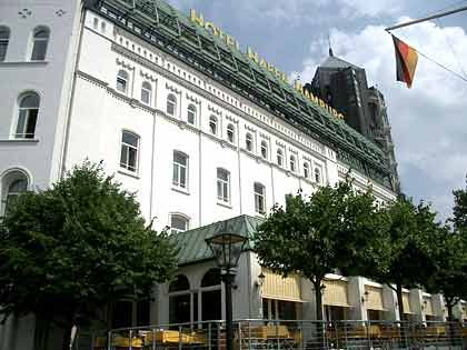 Hier fühlt sich Bartels zu Hause: Hotel Hafen Hamburg, mit Blick über die St.-Pauli-Landungsbrücken