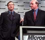 Bill Gates und der neue Microsoft-Chef Steve Ballmer (r)