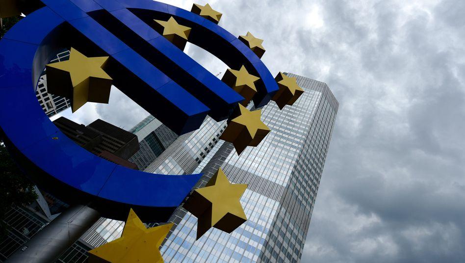 """EZB-Tower in Frankfurt: Auch die EZB wird wohl zum """"Quantitative Easing"""" übergehen, den direkten Ankauf von Wertpapieren. Das Volumen dürfte rund drei Billionen Euro betragen"""