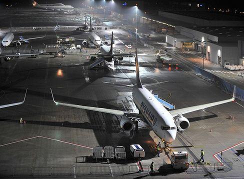 Ryanair am Boden: Ein seltenes Bild. Denn das Unternehmen versucht die Zeit, die seine Flieger am Boden stehen und damit kein Geld verdienen, so gering wie möglich zu halten.