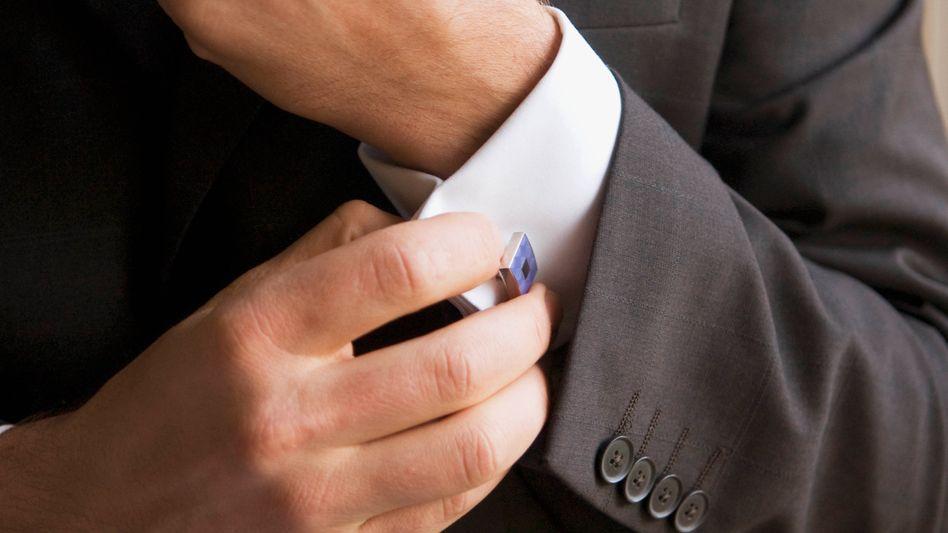 Symbolpolitik mit Hemd, Krawatte und Manschettenknöpfen: Der Auftritt ist die eine Sache - doch ohne die richtigen Verbindungen ist die Mühe vergebens - und der Job in der Chefetage unerreichbar. Es kommt auf die Beziehungen an