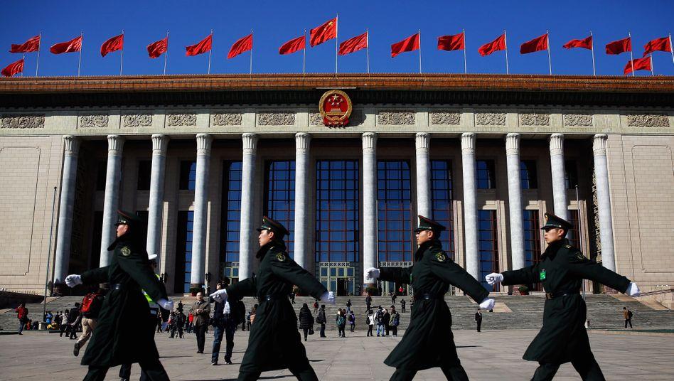 Militärparade vor der Halle des Volkes in Peking: Der Nationale Volkskongress muss sich auf die Straffung des Polit-Apparats und die Lösung vieler Probleme konzentrieren. Soziale Ungleichheit und Umweltzerstörung stehen obenan