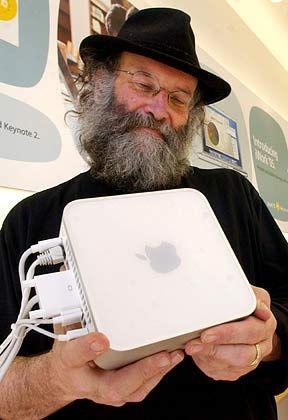 Verzückt: Ein Apple-Angestellter ist sichtlich überzeugt vom neuen Produkt