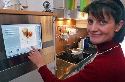 Zukunftsmusik: Ein Kühlschrank, der die Vorräte im Haushalt überwacht und auf dessen Computerbildschirm sich Rezepte ablesen lassen und Warenbestellungen durchführen lassen